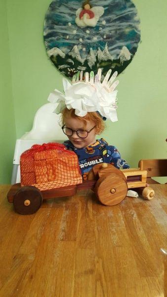 kyran met houten tractor als afscheidscadeau